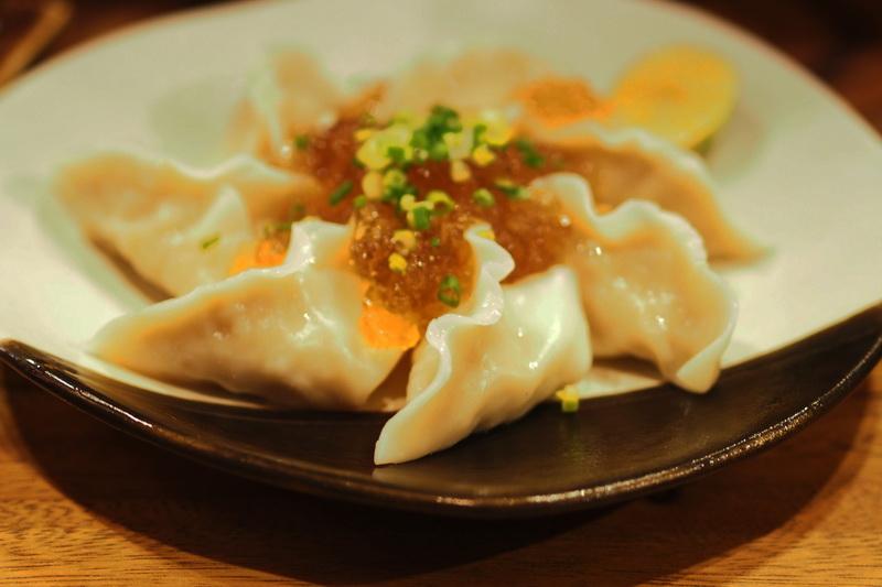 เกี๊ยวซ่า ฮิยาชิ เกี๊ยวซ่า เกี๊ยวซ่าเย็นที่ราดด้วยเยลลี่น้ำซุปดาชิ อร่อยเข้ม เต็มรสชาติจริงๆ 155 บาท